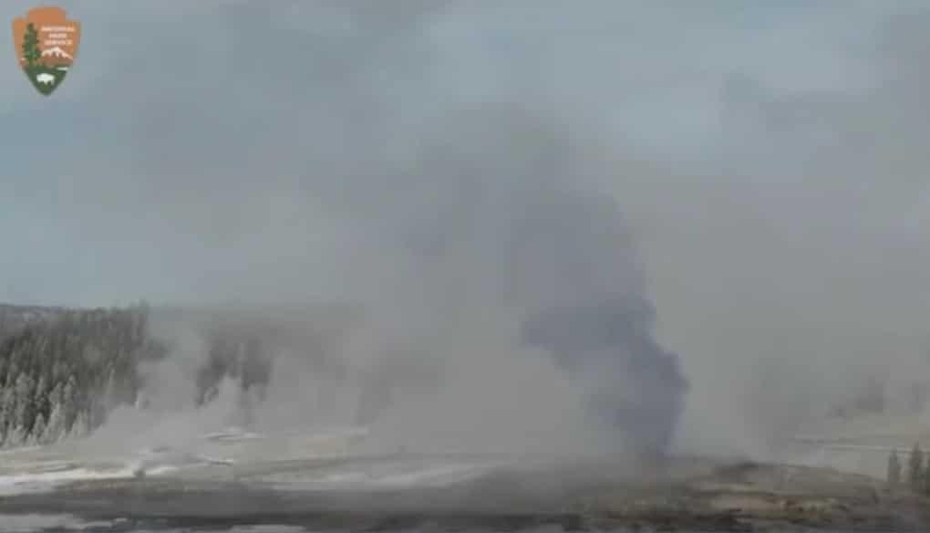 Черный дым из гейзера Йеллоустонского вулкана